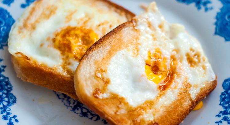 Desayunos con huevo, queso y tostadas